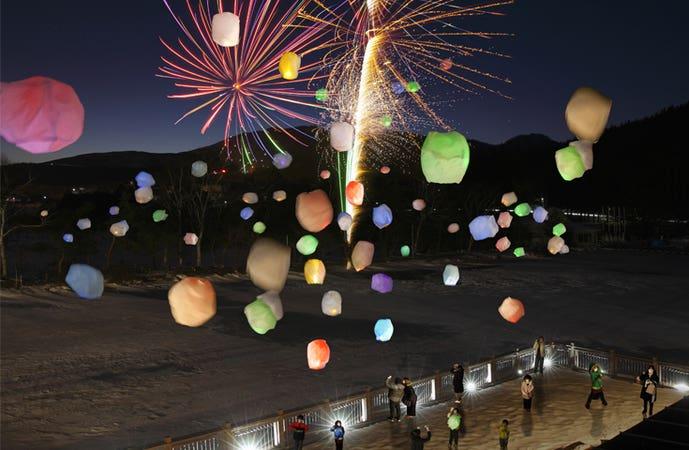 [新宿発]<クリスマススペシャル>冬の夜空に舞い上がる幻想的な灯りと打上花火のコラボレーション!白樺湖レインボースターランタンフェスティバル
